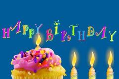 Tarjeta de felicitación del cumpleaños con la magdalena y la vela Fotografía de archivo libre de regalías