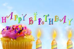Tarjeta de felicitación del cumpleaños con la magdalena y la vela en fondo del cielo Imagen de archivo