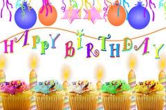 Tarjeta de felicitación del cumpleaños con la tira y las velas del globo de la magdalena Imágenes de archivo libres de regalías