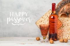 Tarjeta de felicitación del día de fiesta de la pascua judía con el vino y el matzoh Fotografía de archivo libre de regalías