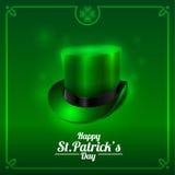 Tarjeta de felicitación del día de St Patrick con el sombrero del duende en un fondo verde Fotos de archivo