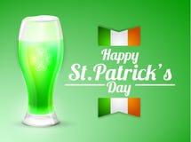 Tarjeta de felicitación del día de St Patrick con un vidrio de cerveza en un fondo verde Foto de archivo