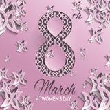 Tarjeta de felicitación del día del ` s de las mujeres con diseño floral y de la mariposa del papel del corte y el fondo rosado d Imagen de archivo libre de regalías