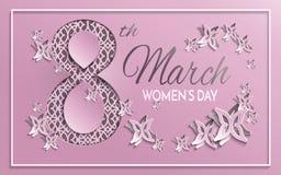 Tarjeta de felicitación del día del ` s de las mujeres con diseño floral y de la mariposa del papel del corte y el fondo rosado d Imagen de archivo