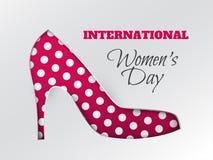 Tarjeta de felicitación del día del ` s de las mujeres con la silueta rosada blanco-punteada cuted del zapato Imagen de archivo libre de regalías