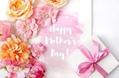 Tarjeta de felicitación del día de madres con las flores Fotos de archivo libres de regalías