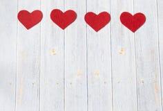Tarjeta de felicitación del día de tarjetas del día de San Valentín Corazones de Handmaded en la tabla de madera Visión superior  fotos de archivo libres de regalías