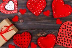 Tarjeta de felicitación del día de tarjetas del día de San Valentín Corazones de Handmaded en la tabla de madera Visión superior, fotos de archivo