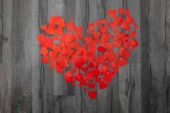 Tarjeta de felicitación del día de tarjetas del día de San Valentín Muchos corazones en backround de madera gris Visión superior  fotos de archivo