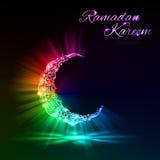 Tarjeta de felicitación del mes musulmán santo el Ramadán con el creciente mágico