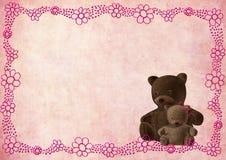 Tarjeta de felicitación del oso del peluche con las flores rosadas Imagenes de archivo