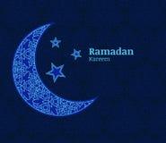 Tarjeta de felicitación del Ramadán con la luna decorativa azul clara, estrellas y