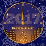 Tarjeta de felicitación del vector por el Año Nuevo Reloj de oro con la ciudad abstracta y el árbol adornado Fotos de archivo