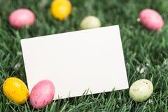 Tarjeta de felicitación en blanco con los huevos de Pascua Fotos de archivo libres de regalías