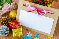 Tarjeta de felicitación en blanco de la Navidad con las decoraciones de la Navidad Fotos de archivo libres de regalías