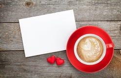 Tarjeta de felicitación en blanco de las tarjetas del día de San Valentín y taza de café roja Imágenes de archivo libres de regalías
