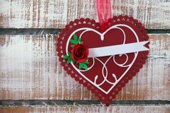 Tarjeta de felicitación en fondo de madera Fotografía de archivo libre de regalías
