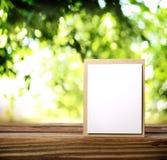 Tarjeta de felicitación en la tabla de madera Imágenes de archivo libres de regalías