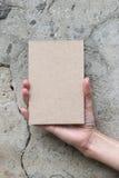Tarjeta de felicitación en mano de la mujer Imagen de archivo