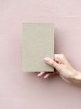 Tarjeta de felicitación en mano de la mujer Fotos de archivo libres de regalías