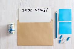 Tarjeta de felicitación en sobre con el papel en blanco Foto de archivo