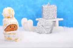 Tarjeta de felicitación: Enano con los regalos de la Navidad Imagen de archivo