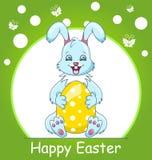 Tarjeta de felicitación feliz colorida de Pascua con el conejo, conejito sonriente con el huevo Fotos de archivo libres de regalías