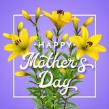 Tarjeta de felicitación feliz del día de madres con los lirios amarillos Imagen de archivo