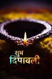 Tarjeta de felicitación feliz del diwali usando diya tradicional del diwali sobre rangoli de la flor Imagenes de archivo