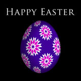 Tarjeta de felicitación, flores coloreadas en el huevo de Pascua