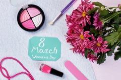 Tarjeta de felicitación, flores y cosméticos Imagenes de archivo