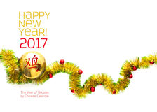 Tarjeta de felicitación hecha de bastidor amarillo y verde de la malla con las bolas rojas y de oro de la Navidad Foto de archivo libre de regalías