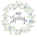 Tarjeta de felicitación hermosa con una guirnalda de las flores azules de la primavera con las letras en el fondo blanco Fotografía de archivo