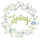 Tarjeta de felicitación hermosa con una guirnalda de las flores azules de la primavera con las letras en el fondo blanco Foto de archivo