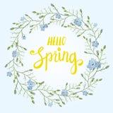 Tarjeta de felicitación hermosa con una guirnalda de las flores azules de la primavera con las letras en fondo azul Imagenes de archivo