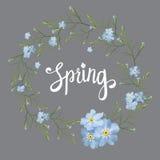 Tarjeta de felicitación hermosa con una guirnalda de las flores azules de la primavera con las letras en fondo gris Imagen de archivo
