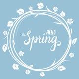 Tarjeta de felicitación hermosa de la primavera con una guirnalda de ramas con las flores blancas en un fondo y letras azules Vec Foto de archivo libre de regalías