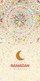Tarjeta de felicitación hermosa de Ramadan Kareem Fondo con la luna creciente y el modelo tradicional de Marruecos