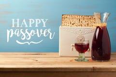Tarjeta de felicitación judía de Pesah de la pascua judía del día de fiesta con el vino y el matzoh Imágenes de archivo libres de regalías