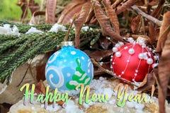 Tarjeta de felicitación de la Feliz Año Nuevo Bolas de la Navidad imagenes de archivo