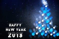 Tarjeta 2018 de felicitación de la Feliz Año Nuevo con la silueta azul del árbol de navidad Imagen de archivo