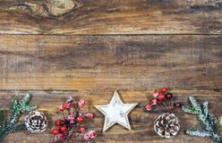 Tarjeta de felicitación de la Feliz Navidad con la estrella y la decoración natural Fotos de archivo