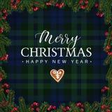 Tarjeta de felicitación de la Feliz Navidad, invitación con las ramas de árbol de navidad, bayas rojas frontera y galleta del pan Foto de archivo