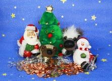 Tarjeta de felicitación de la foto del ` s del Año Nuevo con Santa Claus y los perros lindos en el fondo del árbol de navidad ado Foto de archivo libre de regalías