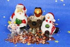 Tarjeta de felicitación de la foto del ` s del Año Nuevo con Santa Claus y los perros lindos en el fondo del árbol de navidad ado Imagen de archivo
