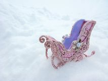 Tarjeta de felicitación de la Navidad del trineo con nieve y copos de nieve Fotos de archivo libres de regalías