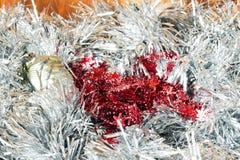 Tarjeta de felicitación de la Navidad hecha de la malla de plata con las bolas de plata de la Navidad, y copos de nieve rojos imágenes de archivo libres de regalías