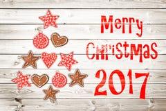 Tarjeta de felicitación de la Navidad 2017, ornamentos rústicos en el fondo de madera de los tablones Imagen de archivo libre de regalías