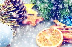 Tarjeta de felicitación de la Navidad y del Año Nuevo con los copos de nieve y el sujetador del abeto Imagen de archivo