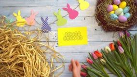 Tarjeta de felicitación de la opinión superior de los símbolos de la celebración de Pascua metrajes